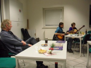 """Peter Hetzler Buchautor des Romans """"Hartz 5"""" bei seiner Buchlesung, im Hintergrund Vera und Boris die für das musikalische Rahmenprogramm sorgten"""